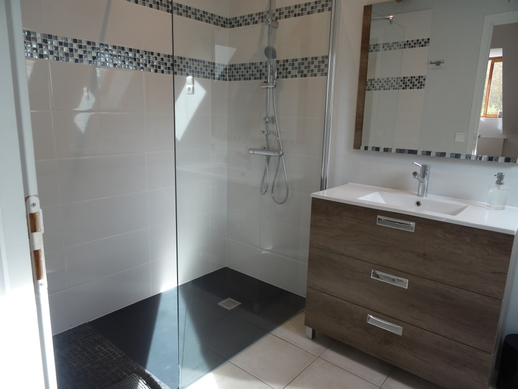twin ensuite shower room